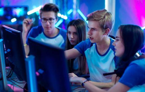 "<img alt=""""  src=""https://www.e-squad.es/wp-content/uploads/2017/09/amigos-gamers-escuela-madrid.jpg"" />"